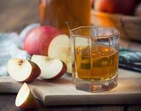 Μήλα και χυμός μήλων Στοκ Εικόνα