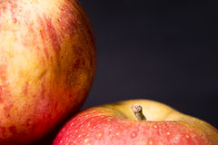 Μήλα κατά μήκος της πλευράς Στοκ Εικόνα
