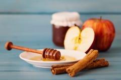 Μήλα, μέλι και κανέλα Στοκ εικόνες με δικαίωμα ελεύθερης χρήσης