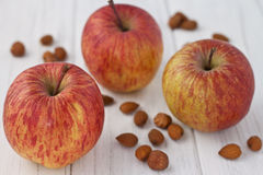 Μήλα με τα αμύγδαλα και τα φουντούκια Στοκ εικόνες με δικαίωμα ελεύθερης χρήσης