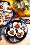Μήλα με τα αμύγδαλα και την καραμέλα Στοκ εικόνες με δικαίωμα ελεύθερης χρήσης