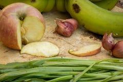 Μήλα, μπανάνες, πράσινες, μαχαίρι, σύσταση, ξύλινα πατώματα Στοκ φωτογραφίες με δικαίωμα ελεύθερης χρήσης