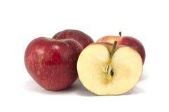 Μήλα που απομονώνονται κόκκινα πέρα από το λευκό στοκ εικόνες με δικαίωμα ελεύθερης χρήσης