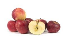 Μήλα που απομονώνονται κόκκινα πέρα από το λευκό στοκ φωτογραφία