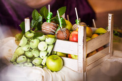 Μήλα που βυθίζονται στη σοκολάτα σε ένα ραβδί Στοκ Εικόνες