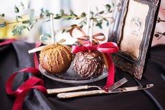 Μήλα που βυθίζονται στη σοκολάτα σε ένα ραβδί Στοκ Φωτογραφίες