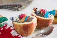 Μήλα που γεμίζονται με τη σοκολάτα. Χωρίστε σε τετράγωνα τα φρούτα, που γονιμοποιούν σε σας το ρ Στοκ Εικόνες