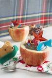 Μήλα που γεμίζονται με τη σοκολάτα. Χωρίστε σε τετράγωνα τα φρούτα, που γονιμοποιούν σε σας το ρ Στοκ Φωτογραφίες