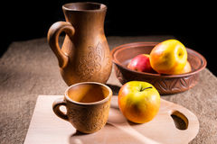 Μήλα που τακτοποιούνται στον πίνακα με τις ξύλινες βιοτεχνίες Στοκ Εικόνα