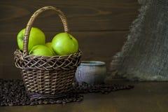 Μήλα πράσινα σε ένα ψάθινο καλάθι Κινηματογράφηση σε πρώτο πλάνο Στοκ εικόνες με δικαίωμα ελεύθερης χρήσης