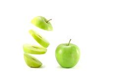 μήλα πράσινα δύο Τεμαχισμένα επιπλέοντα σώματα μήλων στον αέρα που απομονώνεται στο wh Στοκ φωτογραφίες με δικαίωμα ελεύθερης χρήσης
