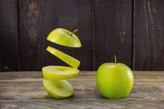 μήλα πράσινα δύο Τεμαχισμένα επιπλέοντα σώματα μήλων στον αέρα στο αγροτικό woode Στοκ Εικόνες