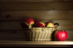 Μήλα σε ένα καλάθι 1 ζωή ακόμα στοκ εικόνες