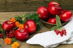 Μήλα σε ένα καλάθι και μια κινηματογράφηση σε πρώτο πλάνο πετσετών Στοκ Εικόνες