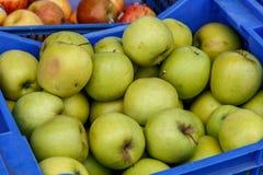 Μήλα σε ένα κιβώτιο από μια αγορά Στοκ φωτογραφία με δικαίωμα ελεύθερης χρήσης