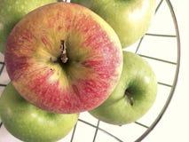 Μήλα σε ένα μεταλλικό καλάθι Στοκ Εικόνες