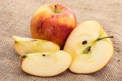 Μήλα σε ένα υφαντικό υπόβαθρο Στοκ Εικόνα