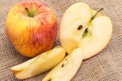 Μήλα σε ένα υφαντικό υπόβαθρο Στοκ φωτογραφίες με δικαίωμα ελεύθερης χρήσης