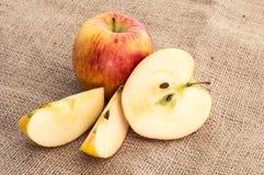 Μήλα σε ένα υφαντικό υπόβαθρο Στοκ Εικόνες