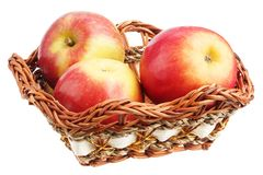 Μήλα σε ένα ψάθινο πιάτο Στοκ φωτογραφίες με δικαίωμα ελεύθερης χρήσης