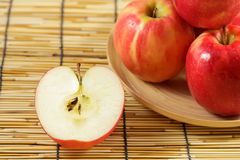 Μήλα στα ξύλινα πιάτα Στοκ εικόνα με δικαίωμα ελεύθερης χρήσης