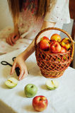 Μήλα στον άσπρο πίνακα Γλυκά μήλα στον πίνακα στο φωτεινό backgrou Στοκ Εικόνες
