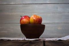 Μήλα στον ξύλινο πίνακα Στοκ εικόνες με δικαίωμα ελεύθερης χρήσης