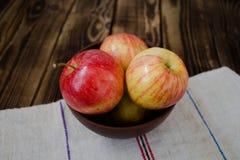 Μήλα στον ξύλινο πίνακα Στοκ Εικόνες