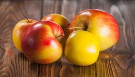 Μήλα στον πίνακα Στοκ Φωτογραφία