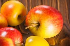 Μήλα στον πίνακα Στοκ φωτογραφίες με δικαίωμα ελεύθερης χρήσης