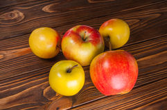 Μήλα στον πίνακα Στοκ εικόνες με δικαίωμα ελεύθερης χρήσης
