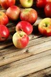 Μήλα στο καφετί ξύλινο υπόβαθρο Στοκ εικόνες με δικαίωμα ελεύθερης χρήσης