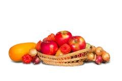 Μήλα στο καλάθι και τα λαχανικά Στοκ Εικόνες