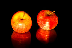 Μήλα στο μαύρο κυματιστό καθρέφτη Στοκ Φωτογραφίες