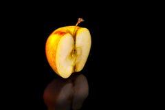 Μήλα στο μαύρο κυματιστό καθρέφτη Στοκ Εικόνα