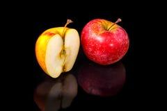 Μήλα στο μαύρο κυματιστό καθρέφτη Στοκ φωτογραφία με δικαίωμα ελεύθερης χρήσης