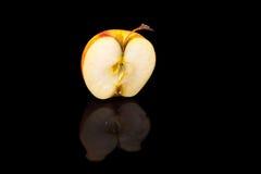 Μήλα στο μαύρο κυματιστό καθρέφτη Στοκ εικόνα με δικαίωμα ελεύθερης χρήσης
