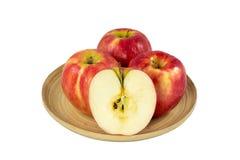Μήλα στο ξύλινο πιάτο σε ένα άσπρο υπόβαθρο Στοκ φωτογραφίες με δικαίωμα ελεύθερης χρήσης