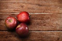 Μήλα στο ξύλινο υπόβαθρο Στοκ εικόνα με δικαίωμα ελεύθερης χρήσης