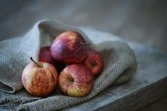 Μήλα στο ξύλινο υπόβαθρο Στοκ φωτογραφία με δικαίωμα ελεύθερης χρήσης