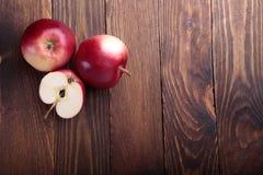 Μήλα στο παλαιό ξύλινο υπόβαθρο Στοκ εικόνα με δικαίωμα ελεύθερης χρήσης