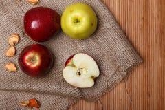 Μήλα στο σάκο και την ξύλινη κινηματογράφηση σε πρώτο πλάνο υποβάθρου Στοκ Εικόνα