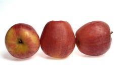 Μήλα, τρία μήλα με το άσπρο υπόβαθρο Στοκ εικόνα με δικαίωμα ελεύθερης χρήσης