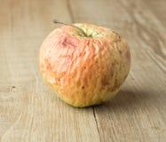 Μήλο αγκραφών στο ξύλινο υπόβαθρο Στοκ εικόνα με δικαίωμα ελεύθερης χρήσης