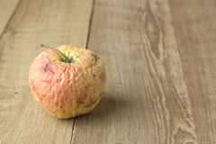 Μήλο αγκραφών στο ξύλινο υπόβαθρο Στοκ εικόνες με δικαίωμα ελεύθερης χρήσης
