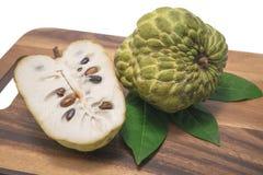 Μήλο κρέμας στο άσπρο υπόβαθρο Στοκ εικόνα με δικαίωμα ελεύθερης χρήσης