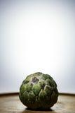 Μήλο κρέμας στο ξύλινο πιάτο Στοκ Εικόνες
