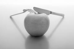 Μήλο με το δίκρανο και το μαχαίρι Στοκ Φωτογραφίες