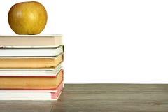 Μήλο πέρα από τα βιβλία Στοκ φωτογραφίες με δικαίωμα ελεύθερης χρήσης