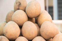Μήλο πέτρινων φρούτων ή πετρών για την πώληση στο τοπικό fruitstore Στοκ Φωτογραφίες